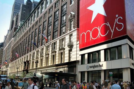在第一财季,梅西百货的表现也差强人意。截至5月2日的第一财季,梅西百货净销售额小幅下降至62.3亿美元;净利润为1.93亿美元,低于2014年同期的2.24亿美元。根据当时媒体报道,梅西百货首席财务总监霍格特称,公司2015年第一财季从国际游客那里获得的收入以两位数的速度下滑。对于需要兑换美元的外籍游客来说,强势的美元使手包、衣服和其它很多物品都变得比以前更显昂贵。